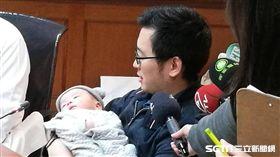 長庚兒少保護中心今(2)日召開記者會提醒家長勿讓嬰兒趴睡,以免導致窒息帶來不可逆的腦病變傷害。(圖/記者楊晴雯攝)