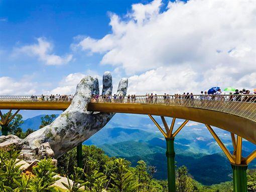 ▲站在巴拿山黃金橋上,可眺望峴港市的風景。(圖/盈達旅遊)