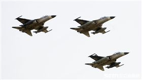 108年「國防知性之旅—龍翔營區開放」IDF戰機空中分列式。(記者邱榮吉/新社拍攝)