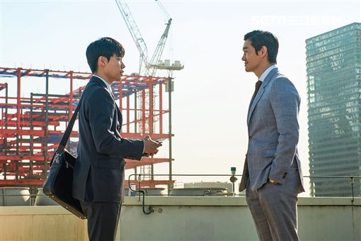 電影《錢力遊戲》,柳俊烈遇上神秘的劉智泰。(圖/車庫提供)