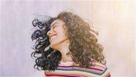 喜悅,開心(圖/截取自freepik) https://www.freepik.com/free-photo/portrait-cheerful-young-woman_4018809.htm