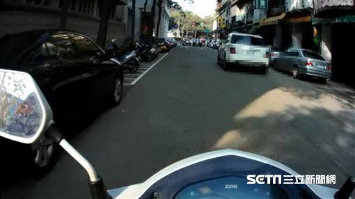 酒駕跑給警察追 當場拿出證明警傻眼/翻攝畫面