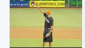 ▲哈沃德在美國職棒邁阿密馬林魚主場開球。(圖/取自哈沃德推特)