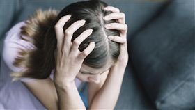 ▲頭痛,憂鬱,疲勞,疲憊,感冒,發燒,難過,分手,傷心。(圖/攝影者Freepik)https://www.freepik.com/free-photo/elevated-view-of-a-woman-suffering-from-headache_3506752.htm