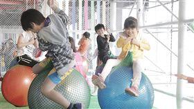 一年一度的新竹市兒童藝術節「風的運動場」4月4日將登場,30日搶先試營運,吸引大批民眾帶著孩子到場同樂,小朋友們個個直呼「超好玩」。中央社記者魯鋼駿攝 108年3月30日