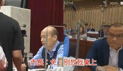 高雄一位媽媽託議員送信給市長韓國瑜,希望韓國瑜可已承諾「不讓一國兩制在台灣發生」韓國瑜直接說「免,別上在我的卓上」,並揮手搖頭拒絕,臉書