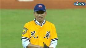 ▲高雄市長韓國瑜穿上中信兄弟球衣開球。(圖/截自CPBL TV)