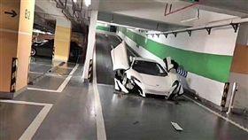 麥拉倫停車場撞毀/微博