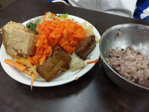 竹北火車站舊市場裡「素食吃到飽」餐廳。(圖/翻攝自Dcard)