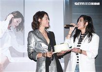 Luji黃莉首張個人迷你專輯「之後」發片,妹妹A-Lin親手煮「五行元氣麵」為姊姊補氣,並提早過生日。(記者邱榮吉/攝影)