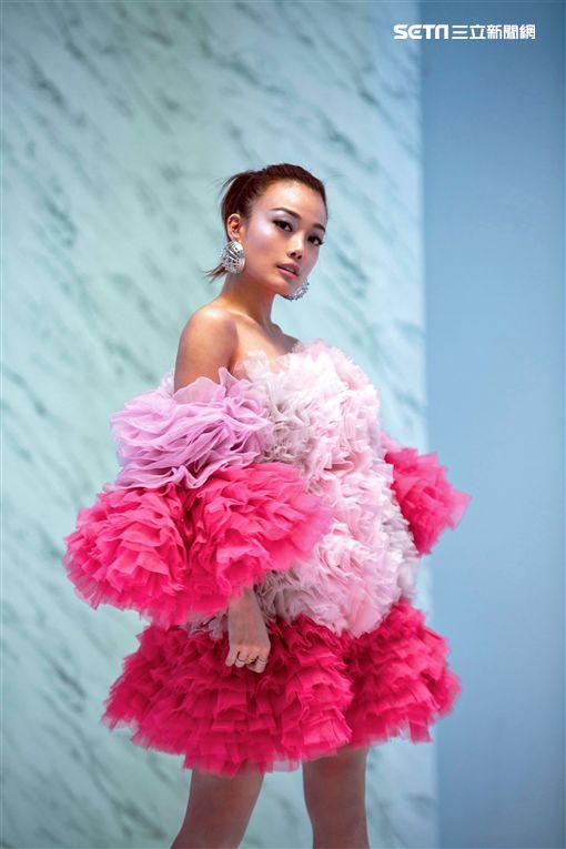 容祖兒為MV大換七件華服、總共拍攝了20個小時才完成。(圖/英皇娛樂提供)