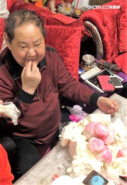 馬如龍歡度80大壽,與一家人同慶,大啖壽桃與麵線。(圖/黃士庭提供)