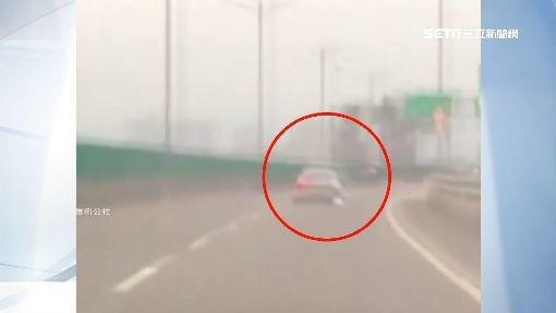 玩命!偷車賊快速道路自撞 跳下匝道開溜