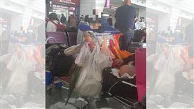 桃機街友躺著睡!他怒拍照「公審」:國家的大門耶…網友全戰翻(圖/爆料公社)