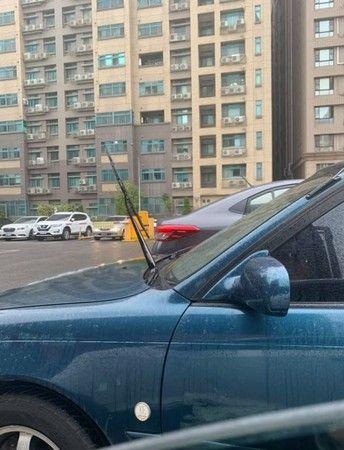 車子,雨刷,站立,硬化,爆廢公社 圖/翻攝自臉書爆廢公社