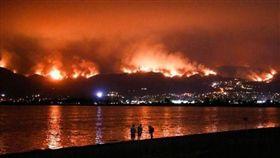 4日發生在南韓東北部江原道高城的森林大火,在強風助長下,火勢延燒250公頃,造成1人死亡、10多人受傷、4011人疏散避難,統計有125棟房屋燒毀。(圖/翻攝自@smolbbybaek 推特)