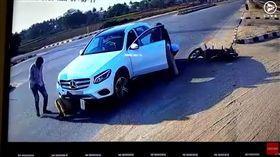 印度發生一對情侶騎著機車上路,但後方轎車卻突然煞車不及,整輛車向前衝,情侶倆先是被拋飛後,接著被捲進車底,奇蹟似地自己站起來走了,好像沒事一樣。(圖/翻攝自Multimedia LIVE YouTube)