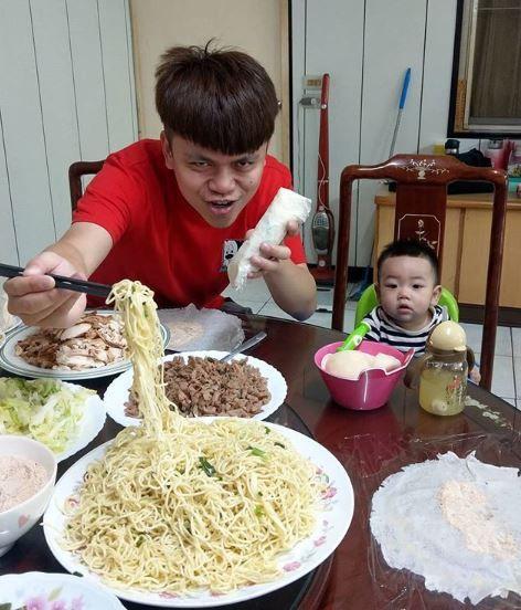 蔡阿嘎包潤餅加油麵,引發網友熱議。(圖/翻攝自蔡阿嘎Instagram)