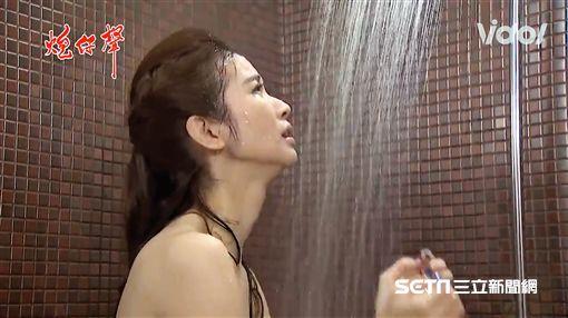 陳小菁在《炮仔聲》中難得裸背演出,秀出白皙肌膚。