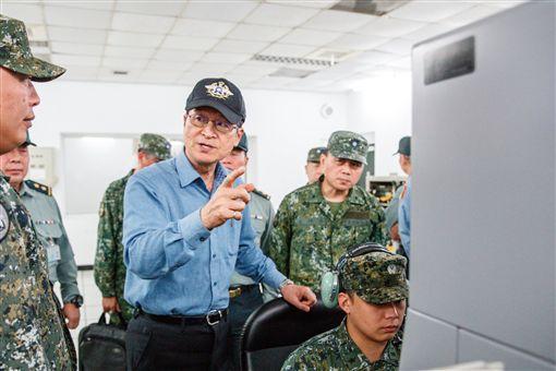 中共上月底派出2價軍機穿越台海中海,挑釁意味濃厚,我國空軍兩架IDF經國號戰機也立刻升空攔截,進行驅離行動。對此,今(5)日國防部長嚴德發親自前往澎湖防區視導,當時站在第一線與共機對峙的飛行員表示,他唯一的念頭就是「保衛國土」,讓嚴德發相當欣慰。圖翻攝自國防部發言人臉書