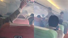 遠航飛新潟航班「陷濃煙」 日客:一片混亂(圖/翻攝自推特)