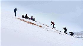 撒哈拉沙漠降雪。(圖/翻攝自每日郵報)-http://www.dailymail.co.uk/news/article-4140326/Sahara-Desert-hit-biggest-snowfall-living-memory.html