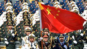▲中國五星旗與軍隊(圖/翻攝自王浩宇臉書)