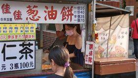 旗山老街買蔥油餅 低胸口罩妹「渾圓掉出來」!1張70他讚嘆:看起來不錯吃(圖/爆廢公社)