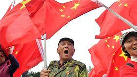 學者:台灣統獨分歧重 因應中國因素較辛苦學者吳介民指出,台灣是民主小國,本身還有統獨認同與藍綠分歧,更有一群為數不少的人希望成為「中華人民共和國的人」,在因應「中國因素」上比較辛苦。圖為民眾在台北街頭高舉五星旗。(檔案照片)中央社 108年4月7日