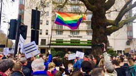 數以百計反歧視示威人士今天齊聚汶萊在倫敦的奢華飯店外,高舉彩虹旗嗆聲抗議。(圖/翻攝自@charlie_rsmith 推特)
