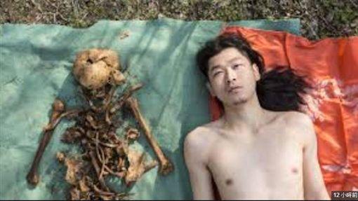 中國,藝術家,父親,骸骨 (圖/翻攝自微博)