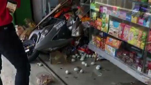 騎卡慢ㄟ啦!機車飛撞中埔阿婆雜貨店 阿婆:40年第一次