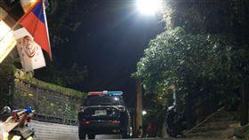 台北市1對年輕男女爬象山到觀景台看夜景時,突遭1名50多歲的風衣男子持刀搶劫700元(翻攝臉書《信義區三兩事》)