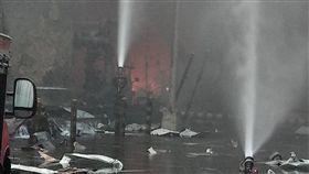 六輕氣爆火勢變小  持續噴水降溫雲林縣麥寮六輕工業區台化芳香烴三廠7日下午發生氣爆,雲林縣消防局8日表示,已加入惰性氣體加壓,將管線內殘存氣體排出殘氣減少,火勢明顯變小,穩定安全消耗中,就像燒瓦斯一樣,並持續噴水降溫,周圍包括固定式及移動式砲塔超過10座噴水中。(雲林縣消防局提供)中央社記者葉子綱傳真  108年4月8日