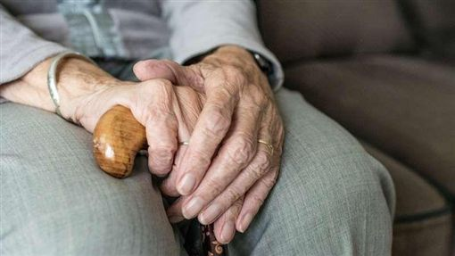 老人,老奶奶,阿嬤,孝順,拐杖(圖/翻攝自PIXABAY)