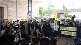 香港占中案今裁決 多名民主派人士到場聲援香港「占中」案9日裁決,9名被告早上抵達西九龍裁判法院,聽候裁判結果,多名民主派人士到場聲援。中央社記者張偉強香港攝 108年4月9日