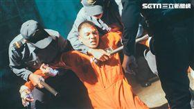 林哲熹在電影《樂獄》在越獄的過程還得面對獄警的武力。(圖/文達文創提供)