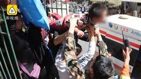 男童跌倒撞鐵門,10公分鋼筋穿刺胸腹亡。(圖/翻攝梨視頻)