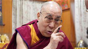 達賴喇嘛受訪談生死觀西藏精神領袖達賴喇嘛日前接受公視節目訪問,談及生死觀時表示「如果我過幾天會死亡,我不會後悔。」(公視提供)中央社記者陳政偉傳真 108年4月9日