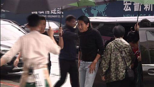 香港巨星周潤發來台宣傳,中午跟老婆現身名廚江振誠經營的高級餐廳「RAW」。
