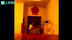 中國黑龍江,楊男,行車紀錄器,家裡,錄,拍,妻,鎮長,脫衣,接吻。 翻攝上游新聞
