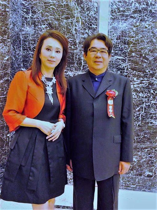 看著老婆孫翠鳳身體出狀況,陳勝福相當不捨。(圖/翻攝自臉書)