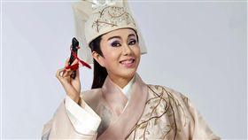 孫翠鳳從不會台語的外省二代如今成為「明華園」歌仔戲台柱。(圖/翻攝自臉書)