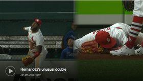 ▲紅雀外野手歐蘇納(Marcell Ozuna)跳上全壘打牆接殺飛球失足跌狗吃屎。(圖/翻攝自MLB官網)