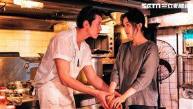 蔡卓妍、吳慷仁在《非分熟女》當中有精彩演出。(圖/華映娛樂提供)
