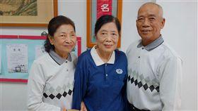 原本是童裝店老闆的林愛娥(中),25年前因一名熟客的孩子罹患血癌過世,讓她成為慈濟嘉義地區第一位骨髓捐贈宣導志工,高齡80歲的她至今仍努力宣導。中央社記者江俊亮攝 108年4月8日