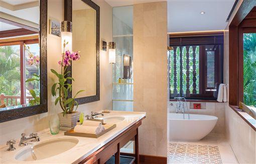 ▲入住吳哥柏爾蒙德酒店,連在客房中的浴室也能享受窗外綠意盎然的景色。(圖/吳哥柏爾蒙德酒店)