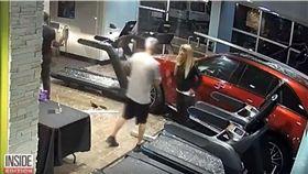 加州一名女子開車撞入健身房