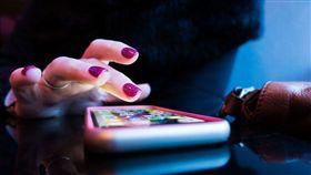 手機,低頭族,滑手機,網購,網拍。(圖/翻攝自unsplash)