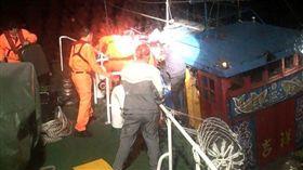 馬祖漁船光華52508號北竿大坵外海半沉,馬祖海巡緊急救援,有驚無險。(馬祖海巡隊提供)108年4月9日 中央社